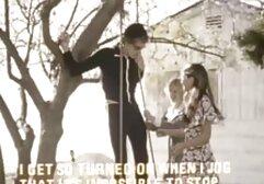 فتاة سمراء أرويو اللسان في مقطع سكسي مترجم الهواء الطلق